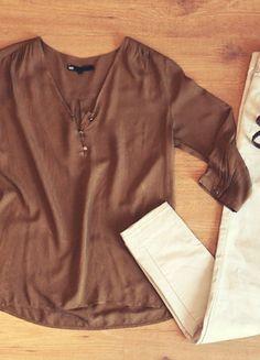Flatlay Outfit of the Day - Blouse fluide kaki manches 3/4, slim beige écru H&M, ceinture tressée, bracelets dorés - Vinted.fr