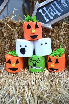 A great last-minute Halloween activity for toddlers. Toilet Paper Halloween Stacking Game with Cottonelle Triple Roll