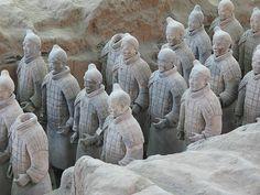 Armée de terre cuite, fouille du tombeau de l'empereur Qin, Xi'an - Céramique chinoise — c'est de la dynastie des Qin que date l'immense armée des guerriers de terre cuite de Qin Shi Huang Di, enterrée dans les environs de Xi'an, non loin du mausolée souterrain de l'empereur Qin.