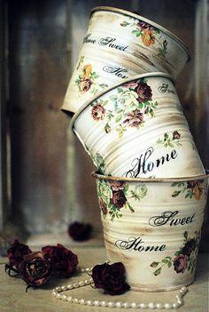 plechové kvetináčiky zvonku farby slonia kosť, dekorované vintage motívom s ornamentom.a ružičkami. Patinovaný, Lakovaný. Vhodné používať aj v exteriéri, ošetrené lakom. cena za 1 ks...