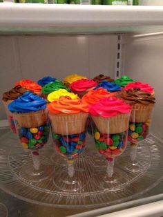 Homemade M&M Cupcakes! These easy to make and adorable cupcakes are perfect for your kiddo's next birthday party! Dessert Party, Candy Party, Party Snacks, Dessert Ideas For Party, Kids Dessert Table, Kids Party Treats, Kids Art Party, Party Sweets, Parties Food