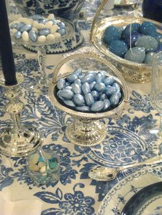 A beautiful table is set w/ Toile cloth & baskets of marble Easter Eggs ! Blue And White China, Love Blue, Do It Yourself Design, Beautiful Table Settings, Easter Parade, Festa Party, Party Decoration, Easter Celebration, Easter Table