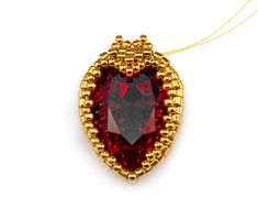 В этом мастер-классе мы разберем создание серег 'Червонная дама': оплетение капель Сваровски сердечком с добавлением маленьких элегантных корон, чтобы каждая из нас могла почувствовать себя принцессой :) Материалы и инструменты: бисер круглый Miyuki 15/0; бисер Delica 11/0; кристаллы Сваровски Капли 18x13мм; бусины Superduo; биконусы Сваровски 3 мм; швензы; нити и иглы.