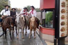 Gaúchos a cavalo disputam espaço com carros em rede de lanchonetes em Santa Maria Deni Zolin/Agencia RBS