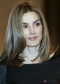 Medium Hair Cuts, Medium Hair Styles, Hazel Green Eyes, Wind In My Hair, Royal Beauty, Estilo Real, Royal Princess, Queen Letizia, Great Hair