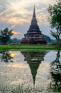 Chedi reflections in Sukhotai Historical Park / Thailand (by stastie).