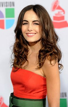 Camilla Belle Long Curls - Camilla Belle showed off her long curls while attending the Latin Grammy Awards. She finished off her look with a light application of lip gloss. Medium Curls, Long Curls, Medium Hair Cuts, Medium Hair Styles, Short Hair Styles, Camilla Belle, Side Swept Hairstyles, Modern Hairstyles, Princess Belle