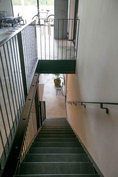 On aika aloittaa suosikkikohteideni esittely! Mikkelin Asuntomessujen loft-talo MinunVALO näyttää kadulle vaatimattomalta, mutta kurkistus rannan puolelta kertoo totuuden. Rinteeseen rakennettu talo on saanut ylleen siperian lehtikuusiverhoilun ja koko komeus on …