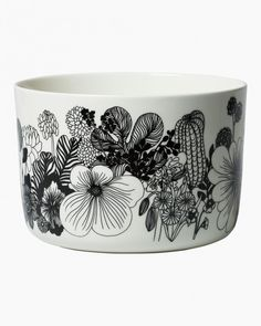 Marimekko's Siirtolapuutarha serving dish features Maija Louekari's cheerful pattern that depicts beautiful summer flowers growing in allotment gardens. The serving bowl is also suitable for cooking as it is made from ovenproof stoneware.