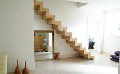 Escalier en bois suspendu et graphique
