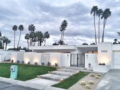 mid century modern exterior remodel before after Palm Springs Häuser, Palm Springs Style, Palm Springs Mid Century Modern, Mid Century Exterior, Modern Courtyard, Small Backyard Pools, Spring Landscape, Modern Landscaping, Facade House