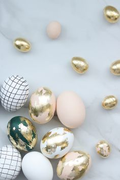 Mini easter egg ideas + gold leaf effect easter decorating easy diy easter decor ideas that look store bought Images Wallpaper, Diys, Easter Table Decorations, Easter Decor, Easter Ideas, Easter Egg Crafts, Gold Easter Eggs, Bunny Crafts, Diy Crafts