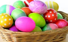 Tradition--> Egg dying before Easter: Display the eggs the next day as part of the centerpiece on the table! Later, make the eggs into egg salad sandwiches for a cute picnic. Cool Easter Eggs, Easter Egg Basket, Easter Egg Dye, Hoppy Easter, Easter Party, Easter Bunny, Easter Wallpaper, Hd Wallpaper, Easter Egg Designs