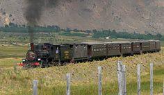 VIEJO EXPRESO PATAGÓNICO. Único en su tipo por la medida de su trocha angosta, ofrece un recorrido fascinante entre valles y mesetas de la Patagonia. Este tren dio vida a numerosos pueblos desde sus orígenes en 1922. Con vagones de madera, calefacción en salamandra y locomotoras de antaño, este famoso tren recorre pendientes, curvas y diversas alturas.