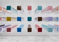 Bby Chocolate shop (Tokio, Japão). A ideia genial de usar uma única embalagem para expor os produtos que se diferenciam apenas pela cor. Na imagem, cada cor é um sabor. Simples e objetiva.