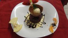 Dessert Saint Valentin  Classique moelleux au chocolat sur sa robe de crème anglaise #Beaujolais #LeChatard #Restaurant