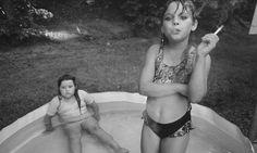 Uma das mais respeitadas e influentes fotógrafas de nosso tempo, Mary Ellen Mark e seu trabalho trazem como marca o interesse profundo pelo ser humano. Um dos principais assuntos de seu trabalho são os excluídos: pobres, miseráveis, moradores de rua, travestis, prostitutas, crianças-problema. O que estivesse, segundo a própria, longe dos inte...