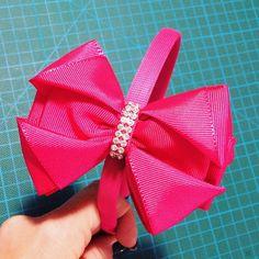 Tiaras forradas com aplique de laço de fita.  Consulte disponibilidade de cores e padrões, para encomenda!  Os laços podem ser aplicados no bico de pato e na meia de seda para bebês!