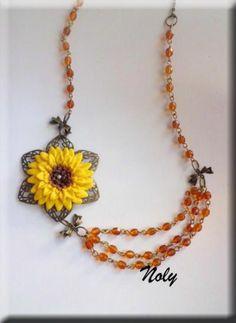 Collar largo, asimétrico montado con piezas en oro envejecido ( bisutería ) y facetadas de cristal checo en color miel.