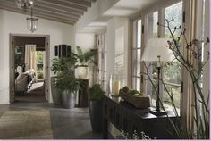 The Holiday LA House console table hallway Cameron Diaz Kate Winslet Modern Country Style, Country Style Homes, Kate Winslet, Bray Dunes, Interior Design History, Holiday Movie, Home Movies, California Homes, Belle Photo