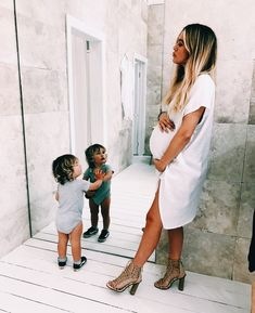 Kids, baby family и baby time. Bump Style, Mommy Style, Mom And Baby, Mommy And Me, Future Mom, Pregnancy Outfits, Baby Family, Baby Time, Maternity Fashion