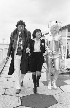 Tom Baker, Elisabeth Sladen and Cyberman. Still unbelievably sad Elisabeth won't be here for the The New Doctor, 4th Doctor, Good Doctor, Eleventh Doctor, Sarah Jane Smith, Doctor Who Episodes, Doctor Who Companions, Classic Doctor Who, Torchwood