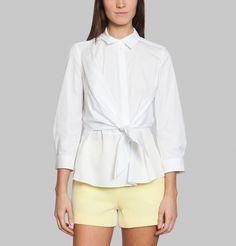 Avec une veste longue et pantalon. Chemise en coton blanc, pans de chemise noués sur l'avant, fermeture boutonnage sous patte, poignets boutonnés.     Tara Jarmon repense la chemise blanche en l'