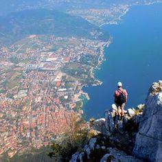 Hoch über Riva del Garda. Wir sind hier kurz vorm Gipfel des Cima SAT (1246m) auf den wir über den berühmten Leiternsteig gestiegen sind #klettersteig #gardasee #lagodigarda #rivadelgarda #viaferrata #youareanadventurestory #bergtour #berge #leiter #sundayfun #tiefblick #trentino @gardatrentino Enjoy Your Life, Climbing, Mountains, Gallery, Places, Holiday, Nature, Outdoors, Travel