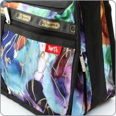 In einer aktuellen Artist-Edition einer der Klassiker von LeSportsac. Die Deluxe Everyday Bag ist eine komfortable Schultertasche, die dir h...