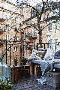 Kışın balkon keyfi için; desenli yastıklar, doğal döşemeler ve sıcacık şallar.