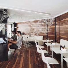 Wood and white .  #arq #showroom #pepecabrera #pepecabrerastudio #denia #design #interiordesign #architecture #inspiration #arquitectura #decor #designer #homedecor #style #home #decoracion #vsco #interiorismo #vscocam #archilovers #uberkreative #myoklatyle #dinesen #styling #furniture #igersvalencia #styleatmine