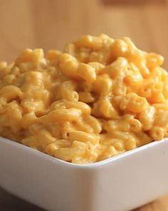 3 - 4 PortionenZutaten1,2 l Milch450 g Makkaroni200 g geriebener CheddarZubereitung1. Milch in großem Topf zum Kochen bringen.2. Die Pasta unter ständigem Rühren etwa 10 Minuten lang kochen lassen.3. Die Hitze abstellen und den Cheddar hinzufügen.4. Rühren bis der Käse geschmolzen ist und die Makkaroni gleichmäßig mit der Sauce bedeckt sind.5. Guten Appetit!