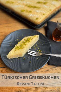 Türkischer Grießkuchen vom Blech wird gerne als Dessert gereicht. Süß und saftig, denn er wird mit Zitronen-Zuckersirup getränkt. #revani #revanitatlisi #grießkuchen #rezept #türkei #kuchen #blechkuchen #dessert