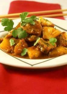 Porc à l'ananas, sauce aigre douce   Pelez l'oignon et taillez-le en petits dés. Dans un bol, mélangez la sauce…
