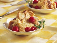 Slow Cooker - White Chocolate Bread Pudding with red raspberry and mint leaf garnish. Additional recipe for Milk Chocolate bread pudding - slow cooker Crock Pot Desserts, Slow Cooker Desserts, Slow Cooker Recipes, Delicious Desserts, Yummy Food, Crockpot Recipes, Yummy Recipes, Yummy Snacks, Fun Food