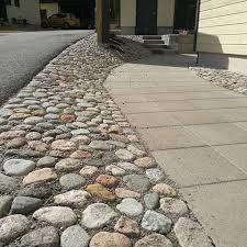 Kenttäkiveys yhdistettynä betonikiveen