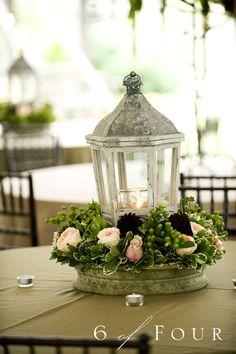 Bello centro de mesa... y dentro del farol puedes poner una vela para un evento nocturno... Textos:www.facebook.com/Masqueunaidea.cl