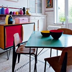 A colourful vintage style kitchen in Brussels. Couleurs + vintage dans cuisine