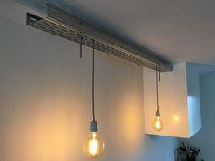 Stalen kabelgoot met bollen lampjes aan strijkijzersnoer