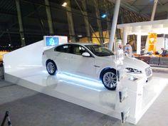 """Przez cały sierpień na Okęciu możecie oglądać model Jaguara XF. Samochód jest ustawiony na stoisku, które my przygotowaliśmy.   Składa się ono z podestu ekspozycyjnego, urny i standu na ulotki oraz ścianki z TV. Do podświetlenia użyliśmy pasków LED. Więcej zdjęć w naszej galerii """"Stoisko Jaguara"""" Led, Vehicles, Model, Rolling Stock, Scale Model, Template, Vehicle, Modeling"""