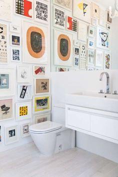 Bathroom decoration: GEFÜLLT STATT LEER Badezimmer und Toiletten müssen nicht langweilig sein. Kreieren Sie eine kleine Galerie mit schönen, weiss gerahmten Bildern.