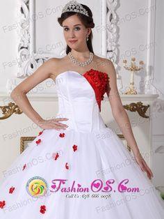 El vestido es rojo y blanco.  El vestido es muy bonita.