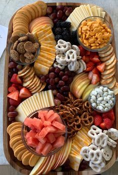 Fruit Party Platters Simple 34 New Ideas Snacks Für Party, Appetizers For Party, Appetizer Recipes, Fruit Party, Party Desserts, Pool Snacks, Kid Friendly Appetizers, Birthday Snacks, Snacks For Wine