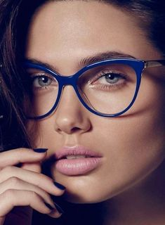 Artifical blue light caused by computer screens, cell phones and TV's have been proven to disrupt our sleep cycle and can make it hard to fall asleep. Glasses Frames Trendy, Nice Glasses, Girls With Glasses, Computer Glasses, Fashion Eye Glasses, Corte Y Color, Wearing Glasses, Womens Glasses, Eyeglasses