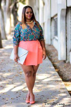 Looks plus size: Minissaia colorida alegra o look Look Plus Size, Curvy Plus Size, Plus Size Women, Curvy Women Fashion, Plus Size Fashion, Womens Fashion, Petite Fashion, Plus Size Dresses, Plus Size Outfits