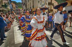 https://flic.kr/p/L9Rvtd | 74ème Festival Folklorique International Danses et Musiques du Monde | N'hésitez pas à consulter notre site internet www.tourisme-amelie.com  Dès le début du 20° siècle et notamment lors des fêtes du Carnaval, un groupe de jeunes gens et de jeunes filles exécutait dans les rues de la ville des danses folkloriques catalanes.  Jean TRESCASES, fondateur des Danseurs catalans d'Amélie les bains en 1935, créa en 1936 un festival folklorique des provinces françaises.  Et…