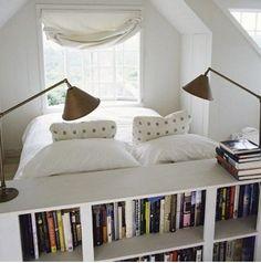 bookcase derrière le lit