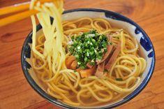 透明なスープに細丸麺、細切り豚肉が乗った、王道の八重山そば