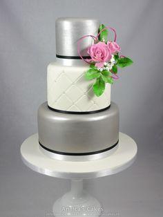 Wedding cake Silver. pink roses / Zilveren bruidstaart met capitonnering en roze rozen.