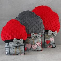 Muffinki Strawberry Love. Poduszki niezwykle miękkie, wspaniałe do przytulania. Cudownie zdobią wnętrza pokoju dziecięcego i nie tylko, nadając im wyjątkową nutę słodyczy i niepowtarzalny charakter.  Wypełnione antyalergicznym puchem silikonowym.  Dostępne w trzech rozmiarach: S, M, L  Produkt uszyty ręcznie, z najwyższą starannością i precyzją.  Wymiary: S = 20 cm x 25 cm (+/- 2 cm), M = 30 cm x 35 cm (+/- 2 cm), L = 40 cm x 45 cm (+/- 2 cm)